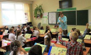 Учитель в классе - фото