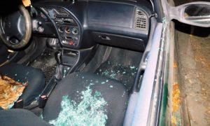 хулиган разбил стекло в автомобиле - фото