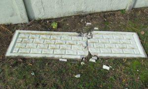 В Пинске вандалы «снесли» забор вокруг частного дома - фото