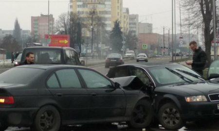 «Ауди» и «БМВ» не разъехались на ул. Первомайской в Пинске - фото