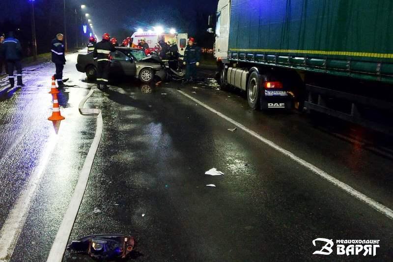 Легковушка и грузовик столкнулись под Пинском: двое пострадавших в больнице