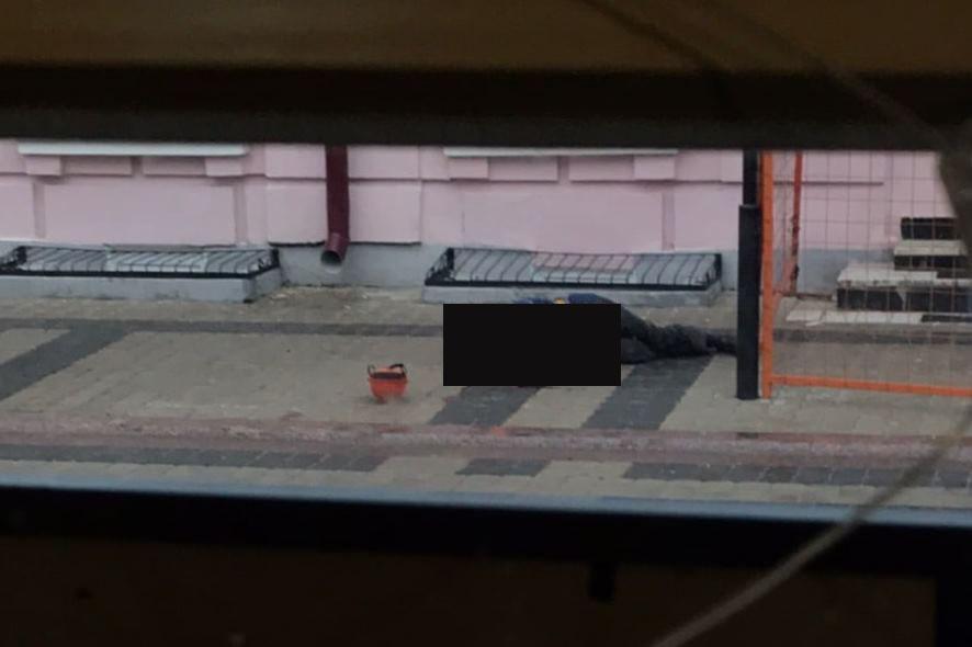 погиб при падении с крыши - фото