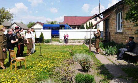 Парад под окном: в Пинске ветеранов поздравляли прямо у домов и подъездов - фото