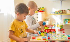 Мытье игрушек в детском саду - фото