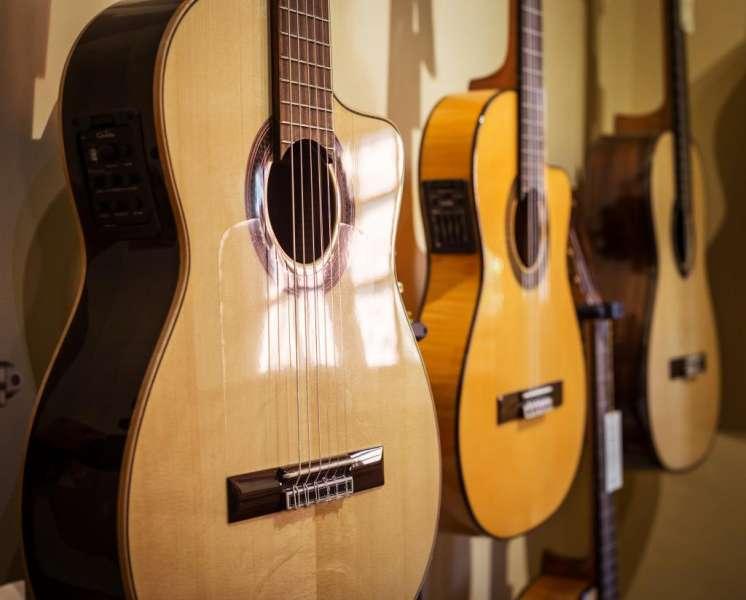 Выбираем акустическую гитару - фото