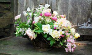 Цветы в корзине - фото