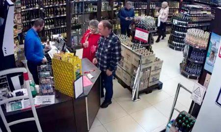 украл в магазине бутылку водки - фото