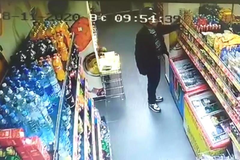 украл рыбные консервы из магазина - фото