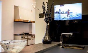 Телевизор на кухне - фото