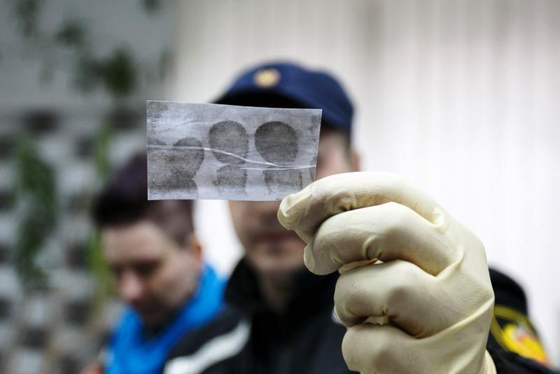 Фото. Вора нашли по отпечаткам пальцев на оконной раме