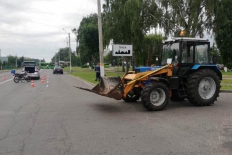 трактор не уступил дорогу мотоциклу, фото